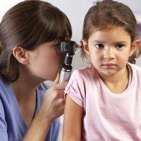 Oídos tapados en el niño. Tapón de cera en los oídos