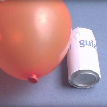 Hacer rodar una lata con un globo