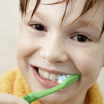 Qué nos dice el color de dientes de los niños