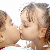 Por qué los niños se besan en la boca