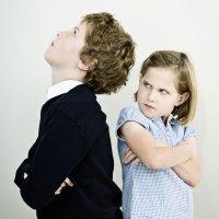 Niños que tienen manía al hermano