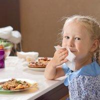 Enseñar a los niños buenos modales en la mesa