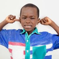 5 errores al quitar la cera de los oídos de los niños