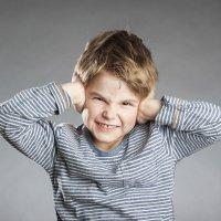 Qué son los acúfenos que escuchan los niños