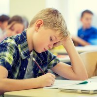 Malas posturas que pueden provocar lesiones infantiles