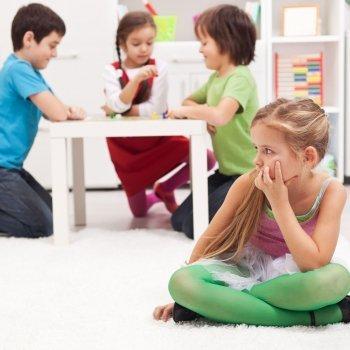 Niños solitarios que no tienen amigos