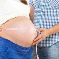 A los papás también les crece la tripa durante el embarazo