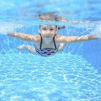 Ojo al cloro y al comportamiento de los niños en las piscinas