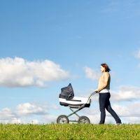 Cómo llevar de paseo a un bebé en carrito