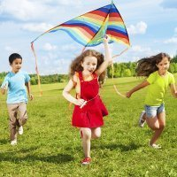 Jugar a volar una cometa con los niños