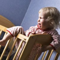 El bebé no quiere dormir y se escapa de la cuna