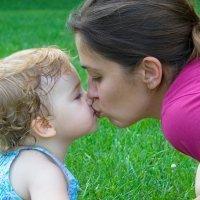 Besar en la boca a los bebés, ¿sí o no?