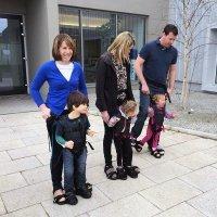 Un arnés para que niños con discapacidad motora puedan caminar
