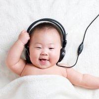 Vídeo de un bebé que ríe y llora con la música