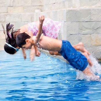 Cuando el niño se tira de cabeza a la piscina