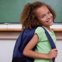 Si te preocupa la espalda de tu hijo, regula el peso de su mochila