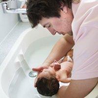 El primer baño del bebé con papá