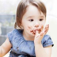 El placer de comer chocolate para los niños