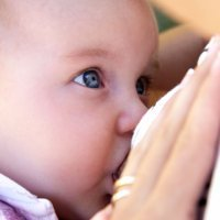 El arriesgado negocio de la leche materna en internet