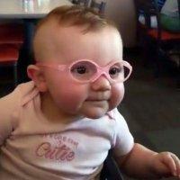 La sonrisa de un bebé al ponerse unas gafas