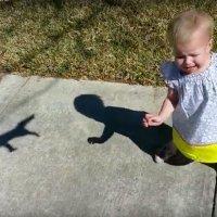 Un bebé siente terror al ver las sombras chinescas que hace su papá