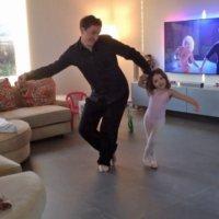 Padre e hija bailan como estrellas en casa