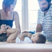 Cambiar el pañal al bebé a cuatro manos