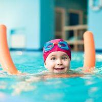La aventura de enseñar a nadar a los niños