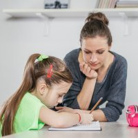 Echar una mano a los hijos en sus deberes escolares