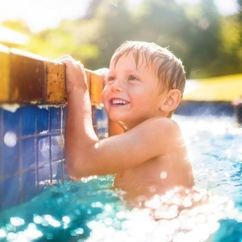 Vigilancia extrema de los niños en la piscina