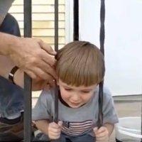 Cómo rescatar a un niño con la cabeza atrapada entre barrotes
