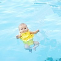 La polémica técnica que enseña al bebé a no ahogarse en el agua