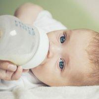 Por qué un biberón mal preparado puede matar a un bebé