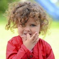 Por qué debes dejar que tu hijo se muerda las uñas
