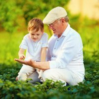 Niños criados por abuelos son más felices