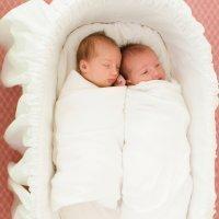 ¿Deben los gemelos dormir en la misma cama?