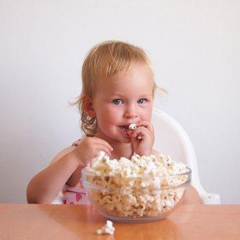 Riesgo de las palomitas de maíz para los bebés