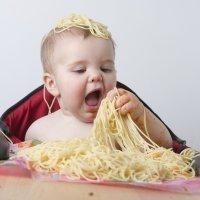 Los niños tienen que experimentar con la comida