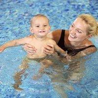 Matronatación paso a paso. Mamá y bebé nadan juntos