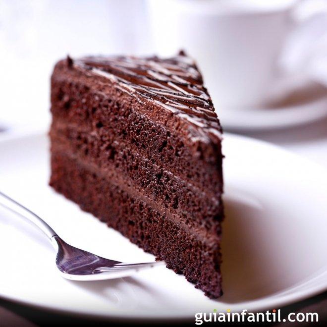Tarta de chocolate con margarina para el cumpleaños de los niños