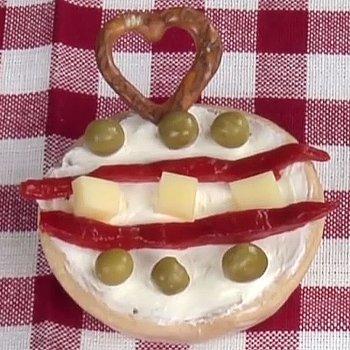 Canapé de bola navideña de queso