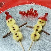 Muñeco de nieve con plátano. Postre de Navidad con frutas