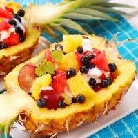 Piña rellena de frutas y yogur para el postre de los niños