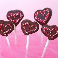 Piruletas de chocolate con forma de coraz�n para ni�os