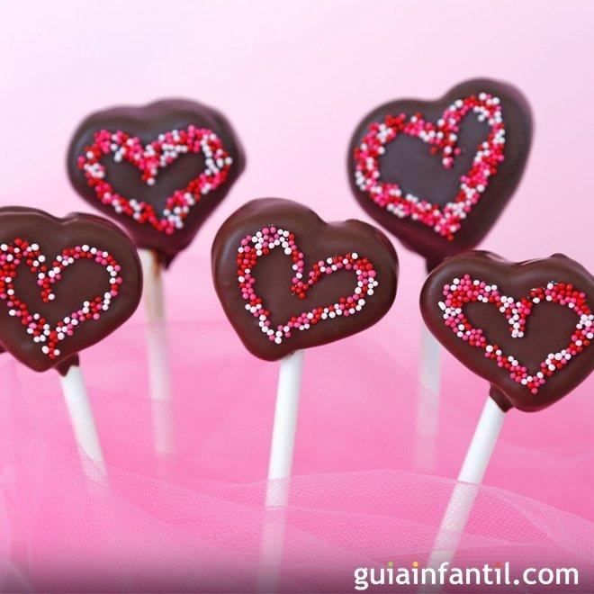 Piruletas de chocolate con forma de corazón para niños