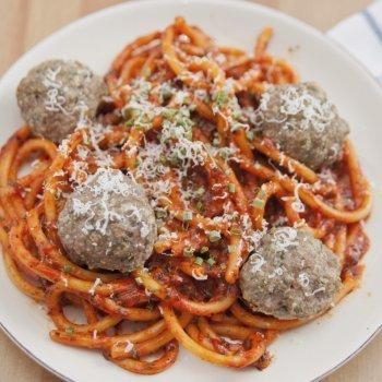 Espaguetis a la boloñesa con albóndigas