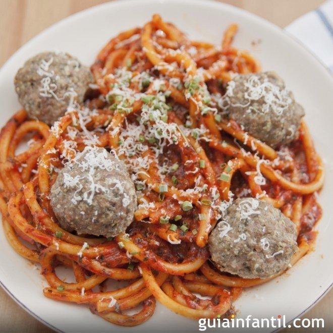 Espaguetis a la boloñesa con albóndigas para niños