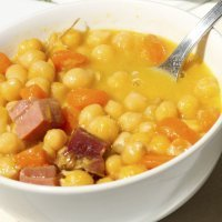 Potaje de garbanzos y zanahorias con jamón