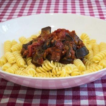 Pasta con salsa de berenjena y tomates