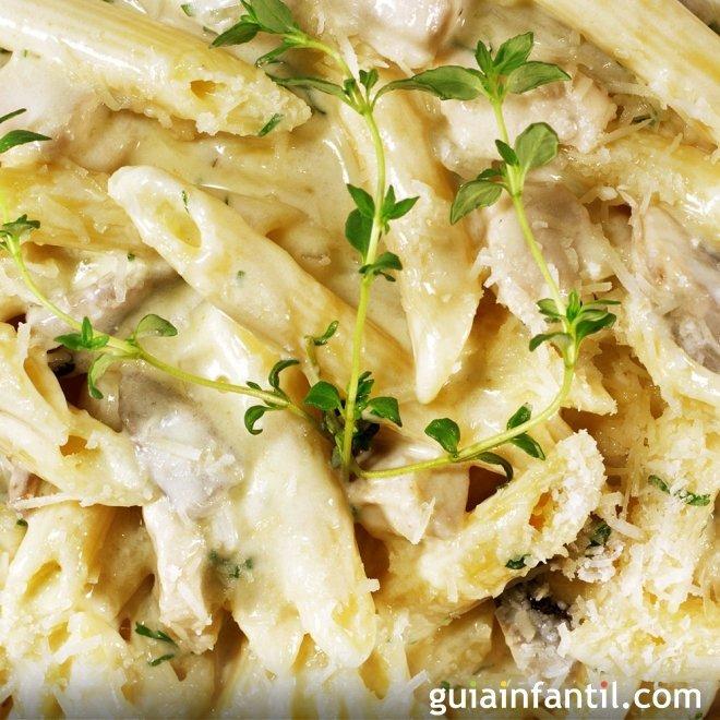 Macarrones con pollo y queso. Recetas italianas fáciles